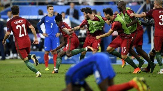 Griezmann entre os festejos portugueses na final do Euro-2016: é Éder quem nos leva à Taça das Confederações