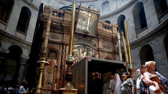 A equipa de manutenção pediu aos principais grupos cristãos autorização para fazer a restauração