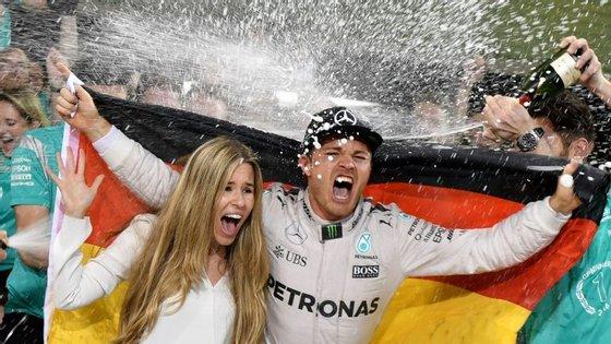 Champanhe para todos: Nico Rosberg festeja o título com a mulher Vivian Sibold