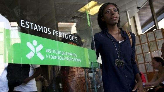 """m junho último, as medidas de apoio ao emprego promovidas pelo IEFP envolviam 77.300 pessoas, das quais, cerca de 34.500 (44,7%) com """"Contratos de emprego-inserção"""""""