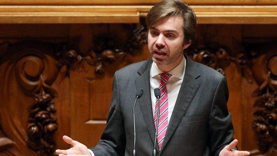 """João Almeida acusou o primeiro-ministro, António Costa, de levar o processo com ligeireza, afirmando ainda que """"os assuntos graves não se resolvem por si"""""""