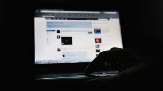 O vírus espalha-se através de uma imagem e requer um pagamento para libertar o computador