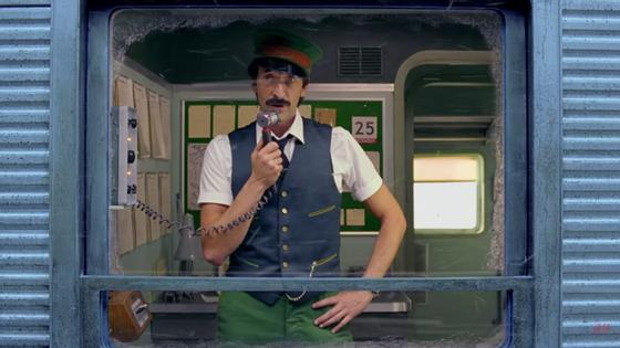 Adrien Brody é o condutor Ralph e tem uma notícia triste para os passageiros.