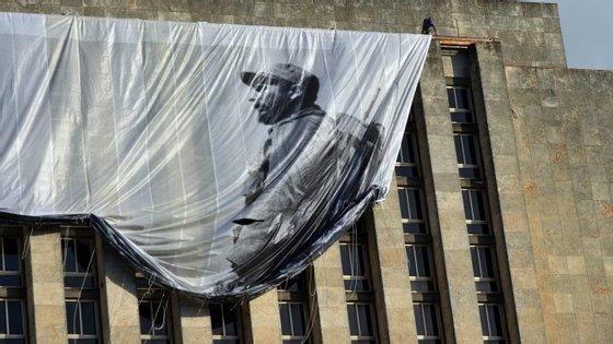 A primeira cerimónia de homenagem a Fidel Castro começou, esta terça-feira, em Havana