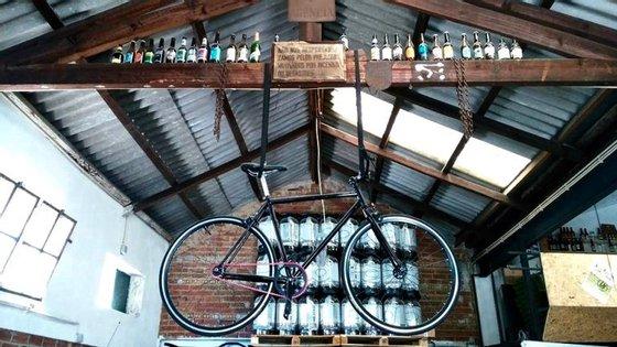 A LX Brewery funciona numa antiga oficina automóvel onde hoje as bicicletas têm prioridade.