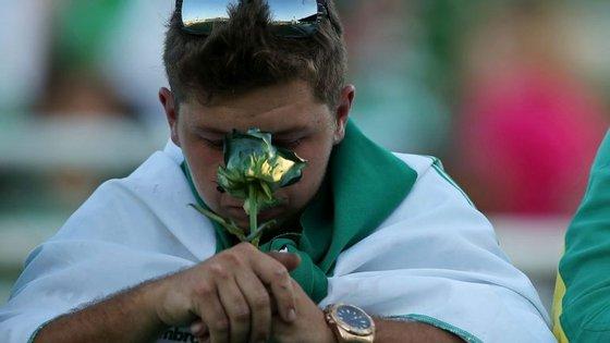 Um adepto do Chapecoense presta homenagem às vítimas do clube do futebol brasileiro