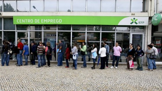 A estimativa definitiva da população desempregada de setembro situou-se em 558,2 mil pessoas, diminuiu 0,3% em relação ao mês anterior