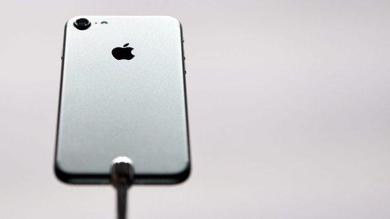 O iPhone 7 (na imagem) saiu no passado mês de setembro. Daí a um ano deverá ser apresentado o iPhone 8
