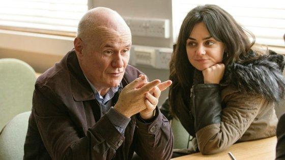 """Daniel, o carpinteiro desempregado (Dave Johns) e Katie (Hayley Squires), a mãe solteira, enfrentam o labirinto burocrático da Segurança Social em """"Eu, Daniel Blake"""""""