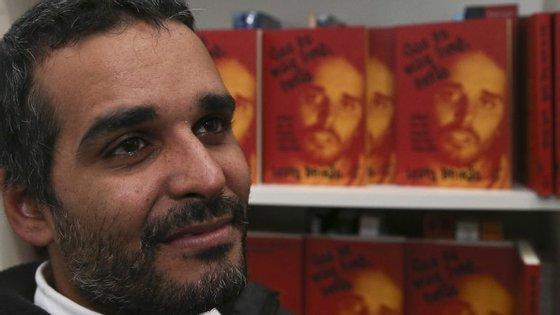 """Luaty Beirão apresentou, na quarta-feira à noite, o livro """"Sou Eu mais Livre, Então"""", publicado em Portugal pela Tinta-da-China"""