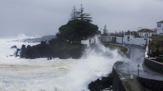 Uma zona depressionária complexa está a provocar o agravamento do estado do tempo no arquipélago