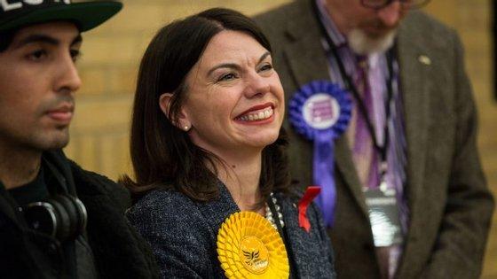Sarah Olney venceu a eleição intercalar e sucede a Zac Goldsmith no parlamento, pelo círculo de Richmond Park