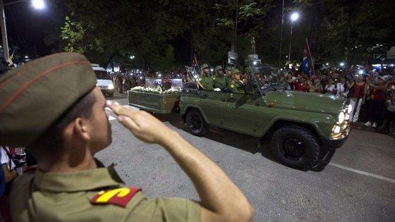 A urna com as cinzas de Fidel Castro, inserida numa caravana de sete veículos, deixou Havana na quarta-feira