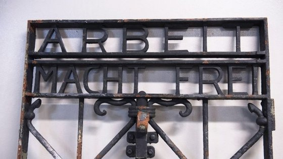 """O portão foi encontrado na Noruega e à semelhança de todos os portões de campos de concertação nazi, este tem inscrito """"Arbeit macht frei"""" (O trabalho liberta)"""