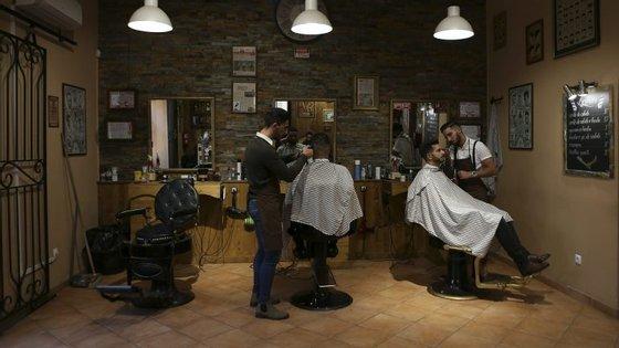 """A relação entre a oferta e a procura é responsável pelo surgimento de cada vez mais barbearias """"à moda antiga"""" e, em paralelo, de cursos de formação nesta área"""