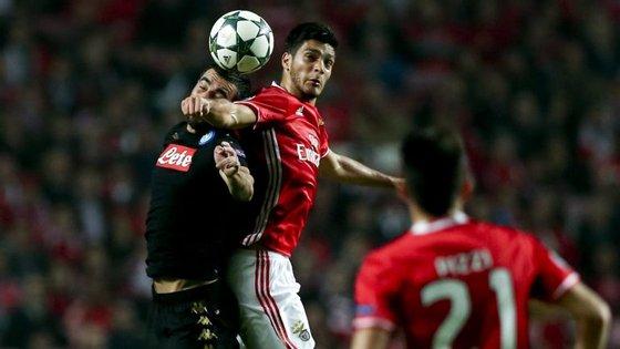 Jiménez, aqui com Gabbiadini, marca o golo solitário do Benfica numa perda de bola de Albiol