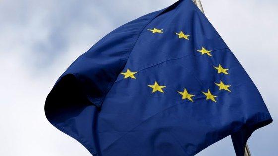 Para estar plenamente em vigor, é necessária a ratificação dos parlamentos dos 28 países da UE