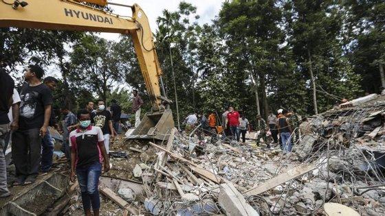 O sismo atingiu o bairro de Pidie Jaya, quando muitos dos residentes, a maioria muçulmanos, se preparavam para as orações matinais