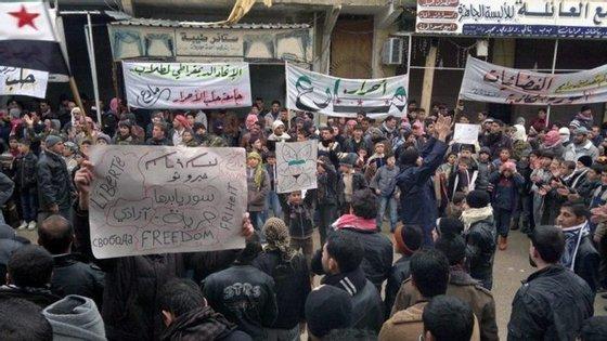 Pelo menos 80 mil sírios fugiram nas últimas semanas de Aleppo devido à intensificação dos ataques das forças do regime sírio
