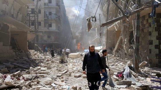"""""""A urgência absoluta é a de um cessar-fogo imediato para permitir às Nações Unidas entregar ajuda humanitária às populações do leste de Alepo e socorrer os que fugiram"""""""