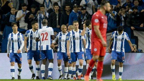 O vendaval de bola do Porto inclui dois golos de André Silva e um de Brahimi, Corona mais Diogo Jota: five-nil