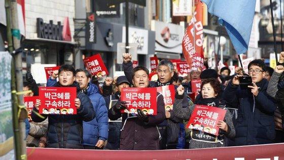 A Presidente Park Geun-Hye foi envolvida pelo Ministério Público do país num caso de tráfico de influências e fraude