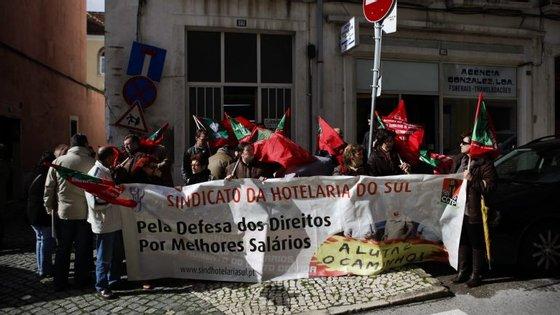 Os trabalhadores reivindicam ainda o direito a 25 dias úteis de férias