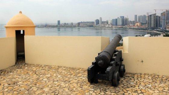 Angola vive desde finais de 2014 uma profunda crise económica e financeira devido à quebra para metade nas receitas com a exportação de petróleo
