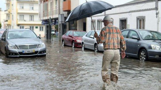 Os distritos de Vila Real, Bragança e Guarda estão também sob aviso amarelo devido à previsão de nevoeiro persistente até às 15h desta terça-feira
