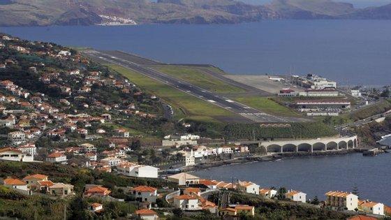 """De acordo com fonte aeroportuária """"o vento não está forte, mas, como está no enfiamento da pista, está a originar perturbações nas aterragens"""""""