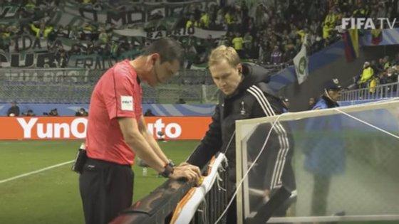 O árbitro Viktor Kassai recorreu pela primeira vez ao vídeo-árbitro para analisar um lance de grande penalidade