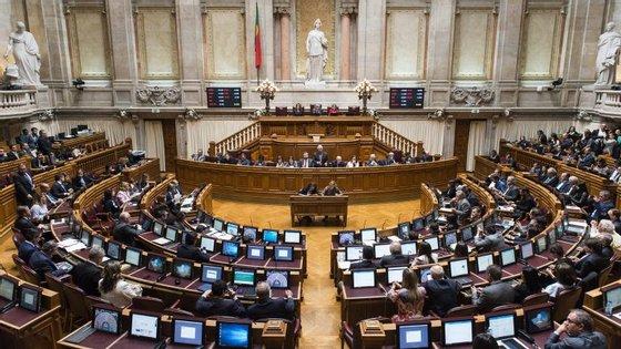 """PSD e CDS consideram programa de valorização da função pública um """"retrocesso"""". PS acusa-os de """"aversão à coisa pública"""""""