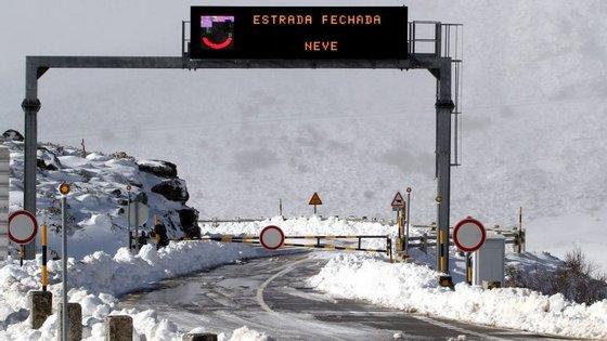 """É aconselhado o uso de correntes de neve e muita precaução, visto que """"tem estado a nevar com intensidade"""""""