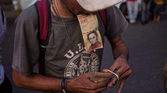 Os venezuelanos queixam-se de os bancos não disporem de novas notas de 500 bolívares, depois da saída de circulação das de 100