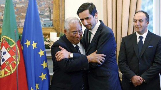 O primeiro-ministro António Costa cumprimenta o representante dos lesados do BES, Ricardo Ângelo, no final da conferência de imprensa realizada esta tarde no Palácio de São Bento, em Lisboa
