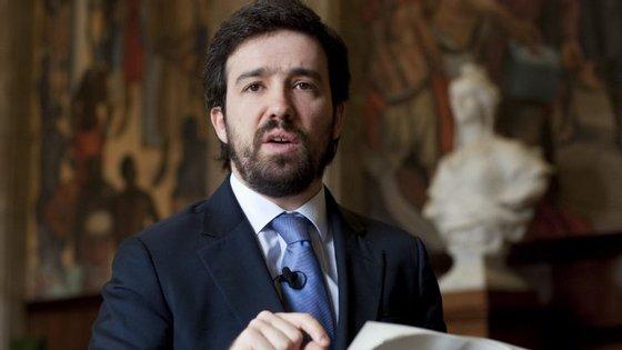 Luís Menezes saiu do Parlamento em 2014, por razões profissionais. É filho do antigo autarca de Vila Nova de Gaia, Luís Filipe Menezes.