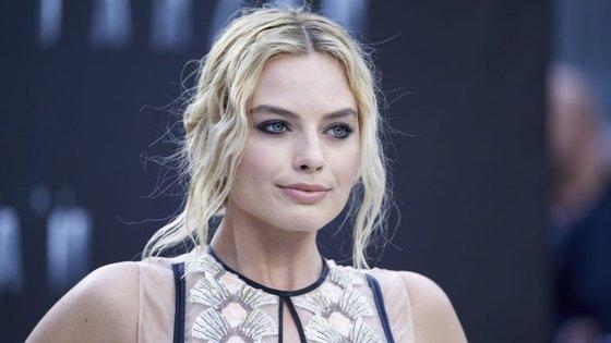 A atriz de 26 anos usou um vestido Oscar de la Renta para oficializar a relação com Tom Ackerley.