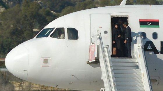 O avião ainda se encontra na pista do aeroporto de Malta e está cercado pelas forças de segurança