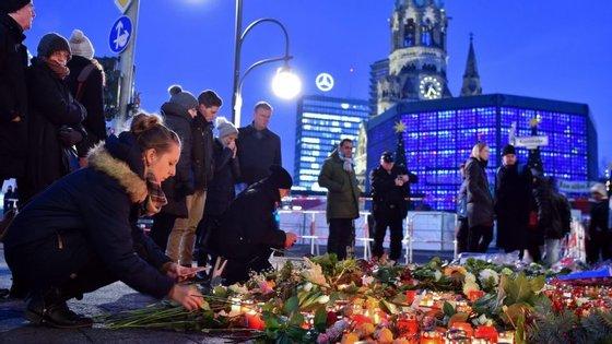 Um memorial junto à igreja memorial Kaiser Wilhelm, na Breitscheidplatz em Berlim, para lembrar as vítimas do atentado que deixou 12 pessoas mortas e mais de cinquenta feridas.