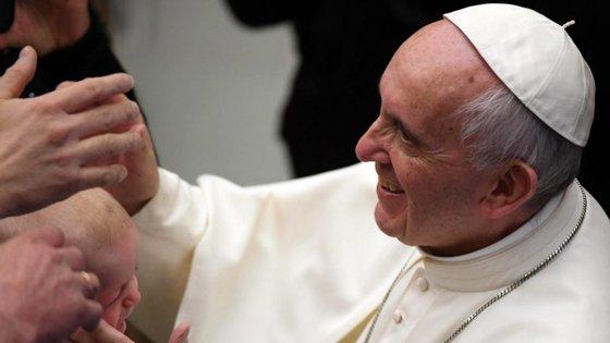 """""""É tempo de as armas se calarem definitivamente e que a comunidade internacional se empenhe ativamente numa solução negocial"""", declarou o papa na Praça de São Pedro"""