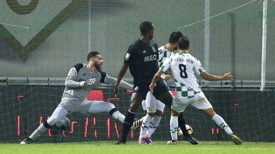 Francisco Geraldes acaba de bater José Sá para o definitivo 1-0 do Moreirense sobre o Porto