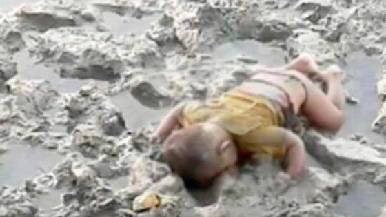 O menino, de apenas 16 meses, foi encontro morto junto nas margens do rio Naf, que faz fronteira entre a Birmânia e o Bangladesh