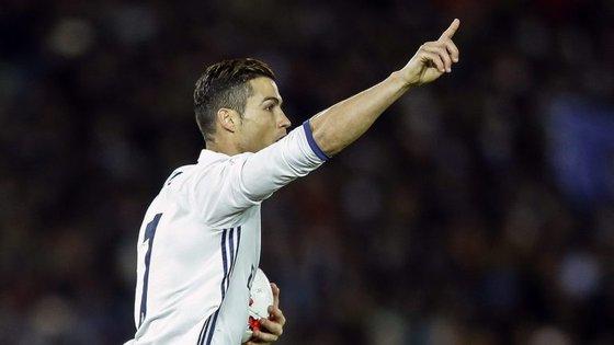 Cinco jogadores permanecem na Equipa do Ano em relação a 2015 (Ramos, Piqué, Iniesta, Ronaldo e Messi), sendo o Real Madrid o clube mais representado
