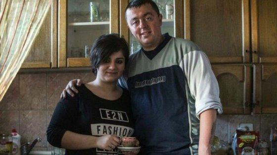 O casal agora vive com as três crianças de Bobi, fruto de casamentos anteriores, e Noora está à espera do primeiro filho