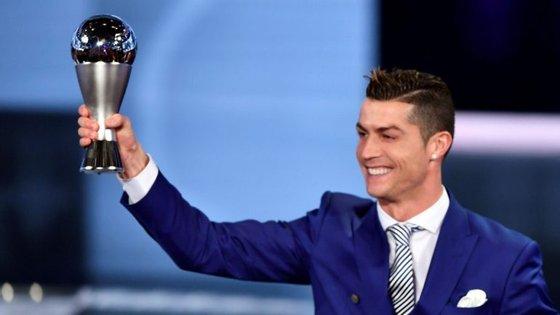 Em 2008, Ronaldo ganha com mais votos que Messi (2.º) e Torres (3.º) juntos