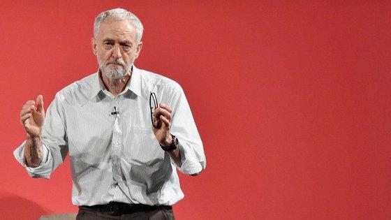 Jeremy Corbyn foi eleito líder do Partido Trabalhista em setembro de 2015. Um ano mais tarde, sob desafio, voltou a ser escolhido para líder