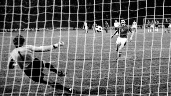 Antonin inventa uma patente no futebol: o penálti Panenka (pobre Maier, completamente apanhado desprevenido)
