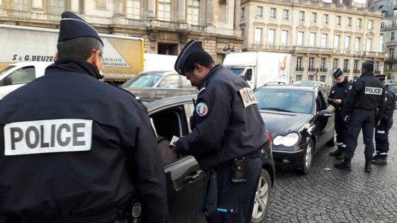 Quem possui um veículo anterior a 1997 e quer circular em Paris, não vai ter a vida fácil. E se tiver um com motor diesel matriculado até 2005, também se deparará com dificuldades