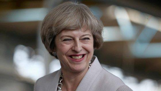 Theresa May, atual primeira-ministra britânica, chegou a afirmar que acredita que, para uma mulher, é possível ser-se inteligente e gostar de roupas.