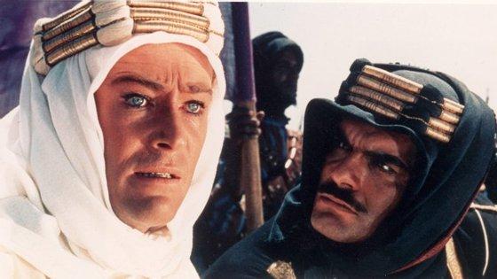 """Peter O'Toole e Omar Sharif são os protagonistas de """"Lawrence da Arábia"""""""